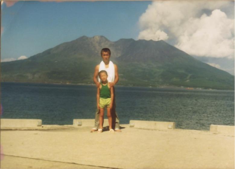 7歳のとき。桜島の前でお父さんと。
